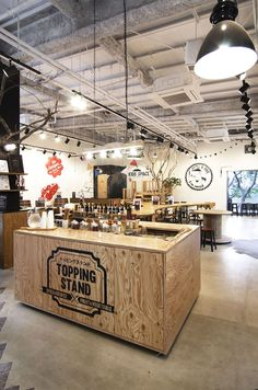 【EIGHT DESIGN】名古屋市港区の商業施設内にオープンしたBBQ設備付きレストラン「異国精肉店ザ・アミーゴス GRILL & BBQ」の店舗デザイン。 Cafe Interior, Interior Design, Ice Cream Images, Coffee Stands, Bottle Display, Natural Kitchen, Treatment Rooms, Bar Counter, Cafe Bar