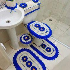 Jogo de banheiro 6 peças: 1 tapete de pé de vaso 1 tampa de vaso. 1 tapete pia  1 tampa de descarga 1 tampa de lixeira 1 porta papel Higiênico  barbante crú com flor segredo azul.  Feito nas cores que desejar. Sob encomenda. Whatsapp: 67-8159-6725  #RosisCroches #JogoDeTapetes #JogoDeBanheiro #Lindo #Azul #Crochet #Artesanaro #portapapelhigienico  #TapeteDePia #FlorSegredo #imagemReferência #BoaTarde