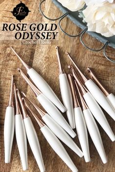 Beautiful Rose Gold + White Odyssey crochet hooks from Furls - ergonomic, luxurious, and like nothing you& ever seen. Improve your stitches, relax your hands, and experience a scandalously beautiful crochet hook with Furls& Rose Gold Odyssey crochet hooks Crochet Fox, Beau Crochet, Crochet Hook Case, Crochet Tools, Crochet Supplies, Crochet Stars, Crochet Hook Sizes, Learn To Crochet, Crochet Crafts