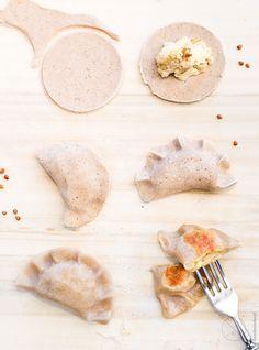 Bezglutenowe pierogi ruskie zmąką gryczaną Ciasto pierogowe 200 g mąki gryczanej +dopodsypania 100 g mąki ziemniaczanej 1 łyżka oleju rzepakowego ½ łyżeczki soli 250 ml wrzątku Farsz 0,5 kg ziemniaków 200 g białego sera 1 duża cebula 1 łyżka oleju rzepakowego sól pieprz