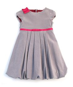 Elegantly English, this classic frock fuses style with perfect practicality in care and comfort. Featuring a bright bow accent, pretty puff sleeves and a handy back zip, this high-quality piece is just brimming with timelessness and childlike innocence.100% cottonMachine washMade in Portugal