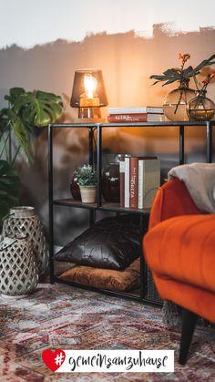 Mit warmen Farben und Materialien wie Holz, Stahl sowie grünen Zimmerpflanzen lässt sie sich wunderbar kombinieren. Einzelne Akzente werden mit Gold geschaffen. #gold #metallic #farbenfroh #wohnzimmer #sessel #terrakotta #interior #interiorideas #einrichtungsideen #einrichtung #wohnen #wohngefühl #dekoideen #dekoration #deko #dekotipps #inspiration #gemeinsamzuhause Entryway Tables, Gold, Inspiration, Furniture, Home Decor, Terracotta, Decorations, Wood Steel, Warm Paint Colors