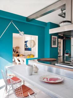 Blue wall , Bertoia chairs , Tolomeo lamp by Artemide
