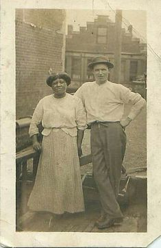 Century images capture brave interracial couples- Century images capture brave interracial couples An unknown couple stand together in unity. It was believed to be 1910 and taken in America - Interracial Family, Interracial Marriage, Interracial Wedding, White Man, Black And White, Mixed Families, Vintage Black Glamour, Black History Facts, Le Far West