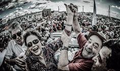 """A imagem do fotógrafo Ricardo Stuckert revela que, neste domingo, a presidente eleita – e deposta pelo golpe – Dilma Rousseff e o ex-presidente Luiz Inácio Lula da Silva tiveram a oportunidade de sentir o verdadeiro amor do povo brasileiro, na inauguração popular da transposição do São Francisco; os dois foram ovacionados no sertão paraibano, duas semanas depois que Michel Temer foi vaiado no mesmo local; """"Obra de Lula e da ex-presidenta Dilma Rousseff, mas que esse bando de golpistas e ..."""