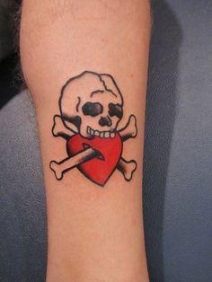 un'idea di tatuaggio in stile tradizionale con un teschio che morde un piccolo cuore rosso Skull, Tattoos, Art, Art Background, Tatuajes, Tattoo, Kunst, Performing Arts, Tattos