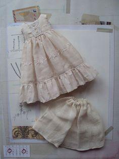 Une jolie petite robe sertie dun jupon de mousseline porté sous un délicatement le thé teinté en robe avec un corsage empire et un ourlet à volants.
