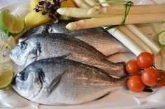 How To Eliminate the fishy smell of cooking .Eliminating the fishy smell left in the kitchen after preparing the food can be difficult. Fish You Can Eat, Types Of Fish, Bones And Muscles, Survival Food, Food Themes, Fried Fish, Healthy Dinner Recipes, Healthy Life, Restaurant