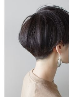 The pixie cut is the new trendy haircut! Put on the front of the stage thanks to Pixie Geldof (hence the name of this cup!), Many are now women who wear this short haircut. Medium Thin Hair, Short Thin Hair, Girl Short Hair, Short Hair Cuts, Oval Face Hairstyles, Hairstyles With Bangs, Cool Hairstyles, Drawing Hairstyles, Hairstyles Pictures