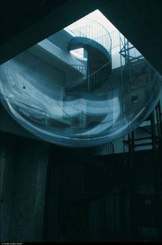 Installation in situ, Transpalette, Emmetrop, Bourges.   Sphère gonflable, film miroir sur les verrières, tubes fluo lumière du jour  Claude Lévêque