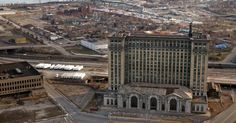 Michigan Central Station, met ooit het befaamde Beaux-Arts-interieur, staat anno 2010 eenzaam in een kale grasvlakte