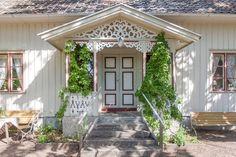 Trädgård - Stenstorp | Hemnet Inspiration Swedish Cottage, Swedish House, Cozy Cottage, Small Space Interior Design, Interior Design Living Room, Exterior Doors, Exterior Paint, Norway Design, German Houses