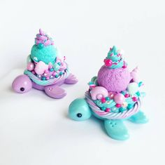 Mermaid dessert turtles💙💖💜 I love how bright and fun these colors are! I also have a yellow and pink one in the making if you saw my… Polymer Clay Turtle, Polymer Clay Kawaii, Polymer Clay Animals, Polymer Clay Charms, Polymer Clay Mermaid, Polymer Clay Miniatures, Polymer Clay Creations, Diy Clay, Clay Crafts