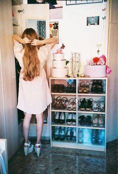Se não tem espaço para os sapatos no armário, empilhe cubos de madeira e coloque-os dentro. #ficaadica