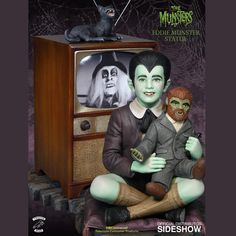 The Munsters Eddie Munster Maquette features a perfectly ordinary kid watching his favorite television show with his favorite stuffed toy. Herman Munster, Munsters Tv Show, The Munsters, Munsters House, Lily Munster, La Familia Munster, Los Addams, Classic Monsters, Comedy Tv