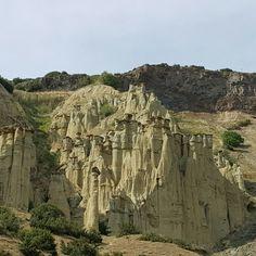 Kuladokya - Kula / Manisa. Halen yaşayan bir yapıda olduğu için Kapadokyadan farklı olarak oluşumlar devam ediyor. Aynı zamanda koruma altına alınan önemli bir jeoloji parkı niteliğinde Mount Rushmore, Turkey, Mountains, Nature, Travel, Naturaleza, Viajes, Turkey Country, Destinations