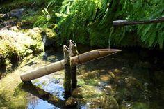 fontaine en bambou dans étang koï
