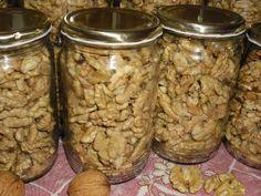 Ořechy vyloupeme a dáme je do sklenic, které jsme předem sterilizovali a usušili. Zavíčkujeme a 20 minut steri...