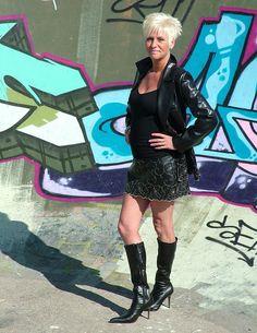 Mature in short skirt and black boots | par Fixx1