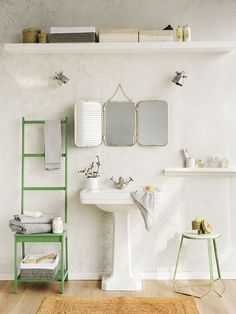Baño con lavabo, escalera verde como toallero, espejos, taburetes y baldas en la pared_DSC1601