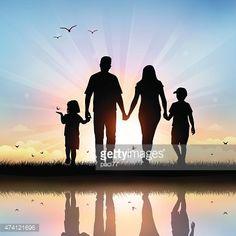 Feliz familia con los niños a tiempo al atardecer