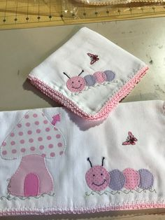 Baby Applique, Baby Embroidery, Embroidery Works, Diy Home Crafts, Baby Crafts, Baby Sheets, Bruchetta, Baby Crib Bedding, Patch Quilt