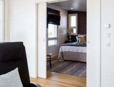 Johdotusvalmis Eclisse Pocket Door Luce Double -järjestelmä mahdollistaa valonkatkaisimien, pistorasioiden sekä muiden sähköisten kytkinten ja niiden johdotusten sijoittamisen samaan seinään liukuovikehyksen kanssa. Pocket Doors, Sliding Doors, Loft, Bed, Furniture, Space, Home Decor, Floor Space, Sliding Door
