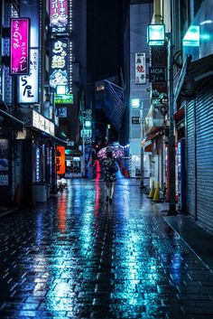 A rainy night on the streets of Shinjuku.