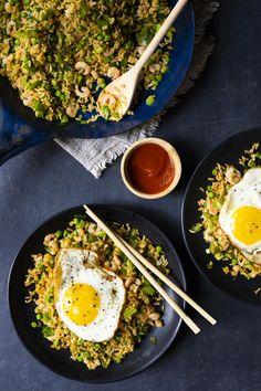 Manger trois repas par jour à la maison, c'est pas toujours évident! Le défi est plus facile à surmonter quand il y a des oeufs dans le frigo. Seuls ou en salade, les oeufs sont délicieux, nourrissants et facile à cuisiner! Voici 12 recettes avec des oeufs pour vos petits creux! Egg Recipes, Cooking Recipes, Cooking Ideas, Nasi Goreng, Vegan Gluten Free, Quinoa, Yummy Food, Asian, Dishes