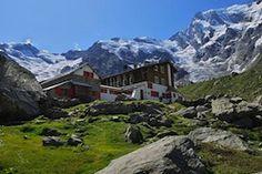 Il rifugio Zamboni Motta si trova a 2070 metri di altezza, ai piedi della parete est del Monte Rosa (4635m) nel comune Walser di Macugnaga. Sorge nella conca dell'Alpe Pedriola, attraversata da un torrente e bastionata dalle morene del ghiacciaio.