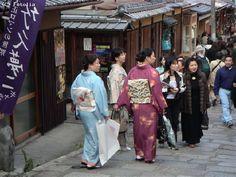 Femmes en kimono dans les rues de Tokyo