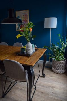 A look inside: blue wall, industrial and colorful interior Blue Walls, Wall Colors, Home Decor Inspiration, Colorful Interiors, Sweet Home, New Homes, Dining Table, Home And Garden, Living Room