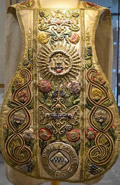 Pianeta di foggia spagnola riccamente decorata in filati policromi e dorati, Douai Abbey