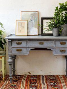Rufft skrivbord i vacker blåton SÅLT