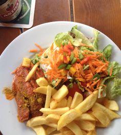 Currywurst/Pommes im Backbord auf dem Hamburger Kiez ... Dazu?? Astra!!