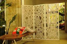 Muitas vezes um único cômodo pode comportar dois ambientes diferentes. Uma forma de demarcá-los é por meio da utilização de painéis e biombos. Saiba mais a seguir. Você não precisa levantar uma parede para dividir um espaço. Painéis e...