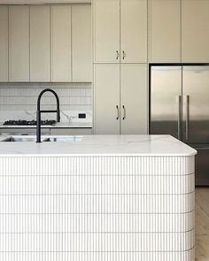 Islas de Cocina con Azulejos Kitchen Lighting Design, Kitchen Room Design, Kitchen Lighting Fixtures, Diy Kitchen, Kitchen Interior, Kitchen Tiles, Light Fixtures, Curved Kitchen Island, Kitchen Island Bench