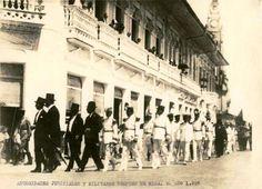 Autoridades judiciales y militares después de misa un domingo de 1927