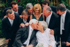É muita história e muito amor em 67 anos de união os noivos com seus 8 filhos. #fotografiadefamilia #fotodefamilia #casamento #casamentodedia #weddingpics #wedding #noivos #bodas #amor #paisefilhos #twosistersfotografia #janarobergefotografia #ninerobergefotografia #fotografodecasamento #love #bodasscaine