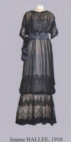 An evening gown in embroidered tulle circa 1910 of the house JEANNE HALLEE