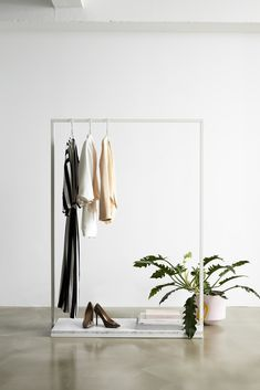 RackBuddy Mary is an elegant clothes rack with a sleek, geometric design. Mary has an iron white frame, and a white marble looking MDF shelf.