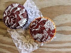 Lace Cupcakes are such a clever idea! Cover a chocolate cupcake with lace, sprinkle with powdered sugar, and you've got a beautiful dessert! Cupcakes Au Cholocat, Birthday Cupcakes, Cupcake Cakes, Velvet Cupcakes, Decorate Cupcakes, Pretty Cupcakes, Vegan Cupcakes, Beautiful Cupcakes, Sweet Cupcakes