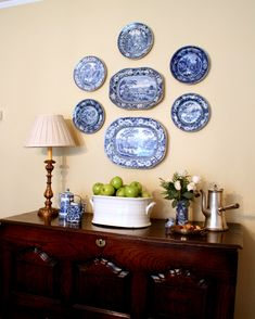 - Best ideas for decoration and makeup - Plate Wall Decor, Plates On Wall, White Plates, Blue Plates, Hanging Plates, English Decor, Country Dining Rooms, Blue And White China, Dining Decor