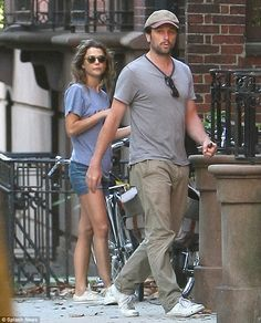 Keri Russell and Matthew Rhys cycle through the streets of Brooklyn Celebrity Couples, Celebrity Photos, Keri Russell Style, The Americans Tv Show, Brown Boots Outfit, Matthews Rhys, Dark Brown Boots, New Haircuts, Clothes Horse
