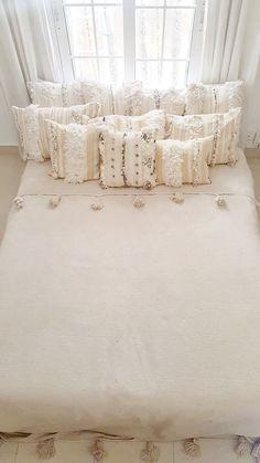 Handira pillow case wedding blanket morocco little marrakech Moroccan Home Decor, Moroccan Design, Room Ideas Bedroom, Bedroom Decor, Modern Boho Master Bedroom, Ideas Dormitorios, Moroccan Wedding Blanket, Bohemian Furniture, Wedding Pillows