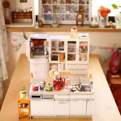 I love this #miniature #dollhouse kitchen! Proof that you can create a standalone piece with mini food, etc. Would this not be the best Christmas present ever?