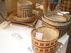 Com as fibras de arumã, cipó-ambé e tucumã, as artesãs produzem cestaria, esteiras e utensílios que já foram expostos em diversos países da Europa.                                 Artesanato do Amazonas.