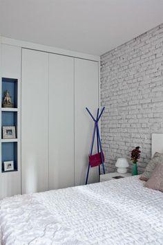 """Surpresa bem-vinda. Projeto da designer, os armários são trabalho da NL Marcenaria, que empregou MDF texturizado. """"Uma das boas surpresas da reforma foi  descobrir as paredes de tijolos. Isso resgatou a originalidade do apartamento"""", diz Adriana. No quarto, pintou-se o revestimento de tinta branca acrílica diluída. Depois, lixaramse algumas áreas. Almofadas da loja Espaço til."""