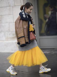 NY、ロンドン、ミラノと続いたファッションウィークも、いよいよ最終の地パリへ。世界中から精鋭ファッショニスタが集うパリのオフランウェイには、冬本番の寒さにも負けず、トレンドに身を包んだモードエリートが大集結! 着こなしをレベルアップさせてくれるヒントが満載の最旬冬スタイルを、今すぐチェックして。 Street Style Vintage, Look Vintage, Street Style Women, Grunge Goth, Hipster Grunge, Skirt Fashion, Fashion Outfits, Womens Fashion, Urban Fashion