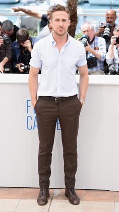 The Most Dapper Men of the 2014 Cannes Film Festival - Ryan Gosling from for man Ryan Gosling Style, Ryan Gosling Fashion, Brown Pants Outfit, Two And Half Men, Cannes Film Festival 2014, Outfits Hombre, Herren Outfit, Dapper Men, Gentleman Style